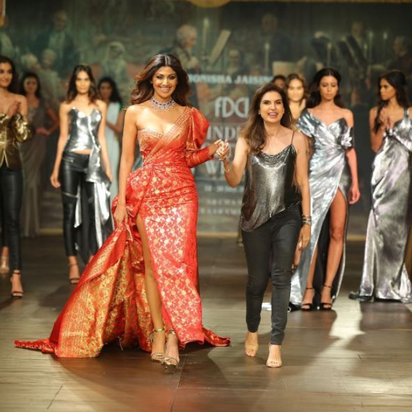 Shilpa Shetty Looks Smoking Hot In A Benarasi Gown At The ICW 2017 ...