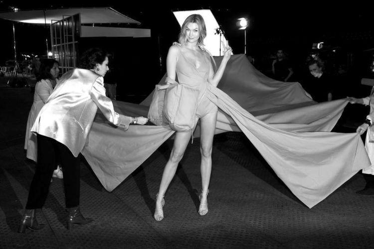 Karlie Kloss Walks In Off-White Show During Paris Fashion Week 2019